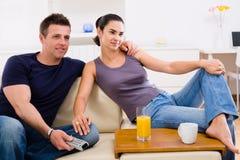 Jong paar dat op TV let Royalty-vrije Stock Foto's