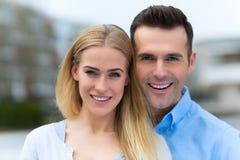 Jong paar dat in openlucht glimlacht royalty-vrije stock foto