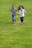 Jong paar dat in park loopt Royalty-vrije Stock Foto