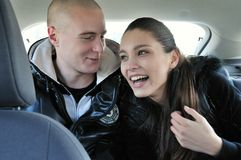 Jong paar dat pret in auto heeft Royalty-vrije Stock Fotografie