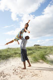 Jong Paar dat Pret in Duinen heeft door Strand Royalty-vrije Stock Fotografie