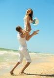 Jong paar dat pret op het strand heeft Royalty-vrije Stock Afbeeldingen
