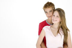 Jong paar dat samen bevindt zich glimlachend Stock Fotografie