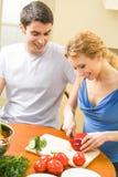 Jong paar dat samen kookt Stock Foto's