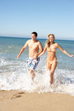 Jong Paar dat van de Vakantie van het Strand geniet Stock Foto's