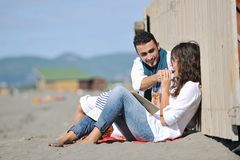 Jong paar dat van picknick op het strand geniet Stock Foto's