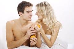 Jong paar dat van vruchten geniet royalty-vrije stock afbeelding