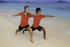 Jong paar dat yoga, oefening doet Stock Fotografie