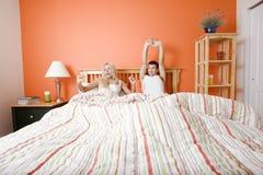 Jong Paar dat in zich het Uitrekken van het Bed ligt Royalty-vrije Stock Fotografie