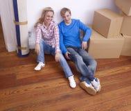 Jong paar dat zich naar huis beweegt Royalty-vrije Stock Fotografie