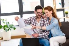 Jong paar dat zich in nieuw huis beweegt Concept huisvesting voor jonge familie Royalty-vrije Stock Foto