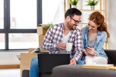 Jong paar dat zich in nieuw huis beweegt Concept huisvesting voor jonge familie Royalty-vrije Stock Fotografie