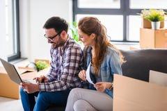 Jong paar dat zich in nieuw huis beweegt Concept huisvesting voor jonge familie Royalty-vrije Stock Afbeelding
