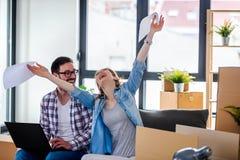 Jong paar dat zich in nieuw huis beweegt Concept huisvesting voor jonge familie Stock Foto's