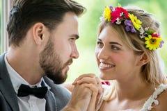jong paar in de Bruid en de bruidegomholdingshand van het liefdehuwelijk samen en bekijkend elkaar newlyweds Close-upportret van  royalty-vrije stock afbeeldingen