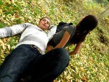 Jong paar in de herfstpark royalty-vrije stock foto's