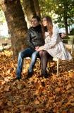Jong paar in de tuin van Luxemburg stock fotografie