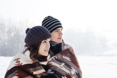 Jong paar in de winter Stock Afbeeldingen