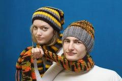 Jong paar in de winterkleren Stock Foto's