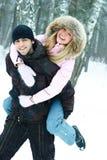 Jong paar in de winterpark Royalty-vrije Stock Afbeeldingen