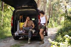 Jong paar dichtbij bestelwagen met het kamperen toestelbestelwagen stock foto
