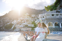 Jong paar dichtbij strand in zonnige dag, Positano, Amalfi kust, Italië Stock Afbeeldingen
