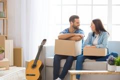 Jong paar die aan een nieuwe flat zich samen verhuizing bewegen Stock Fotografie