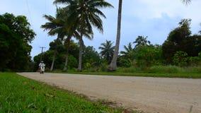 Jong paar die in autoped tijdens de vakantie van de reisvakantie reizen stock footage