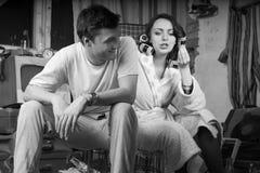 Jong Paar die bij Verlaten Zaal spreken stock afbeelding