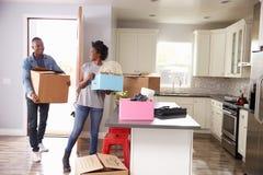 Jong Paar die binnen aan Nieuw Huis zich samen bewegen stock foto's
