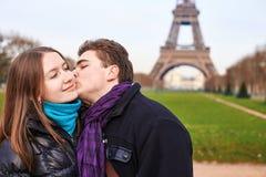 Jong paar die de dag van Valentine in Parijs doorbrengen Royalty-vrije Stock Fotografie