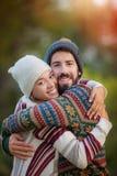 Jong paar die in de herfst koesteren royalty-vrije stock afbeeldingen