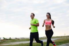 Jong paar die in de ochtend en een actieve levensstijl lopen Stock Foto