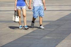 Jong paar die in de stad lopen Stock Fotografie
