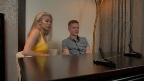 Jong paar die de transparante vertoning van glasinfographics bekijken stock video