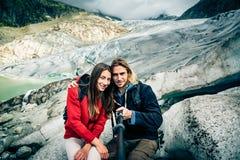 Jong Paar die in de Zwitserse Alpen wandelen, die een Selfie nemen Royalty-vrije Stock Afbeeldingen