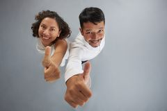 Jong Paar die Duim tonen stock fotografie
