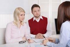 Jong paar die een benoeming hebben bij bank of verzekering. royalty-vrije stock afbeelding