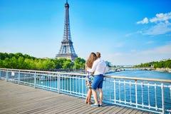 Jong paar die een datum in Parijs, Frankrijk hebben royalty-vrije stock foto