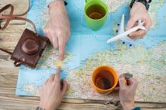 Jong paar die een familiereis plannen aan Londen Stock Foto's