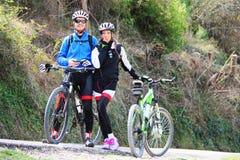 Jong paar die een fiets berijden stock fotografie