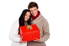 Jong paar die een gift houden Stock Afbeelding