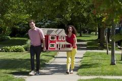 Jong paar die een poppenhuis bewegen royalty-vrije stock foto