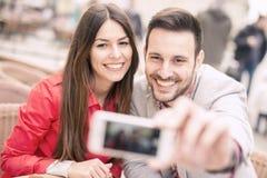 Jong paar die een selfie nemen Stock Afbeeldingen