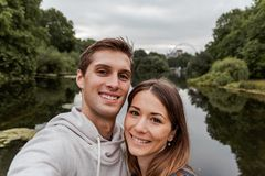 Jong paar die een selfie nemen bij park in Londen stock fotografie