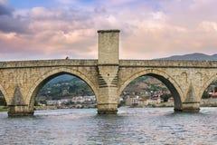 Jong paar die een selfie op beroemde Drina-rivierbrug nemen stock afbeeldingen