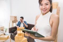 Jong paar die en hun huis, online marketing verpakking en levering inpakken bewegen, royalty-vrije stock afbeelding