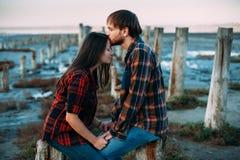 Jong paar die en met gesloten ogen koesteren kussen Stock Fotografie