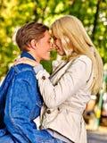 Jong paar die en in park koesteren flirten Royalty-vrije Stock Afbeeldingen