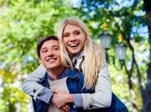 Jong paar die en in park koesteren flirten Stock Foto's